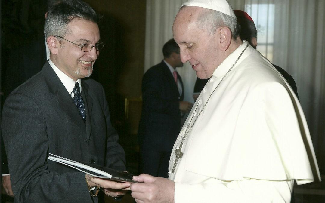Donato a Papa Francesco il catalogo della mostra fotografica sulla devozione di Padre Pio a San Michele Arcangelo